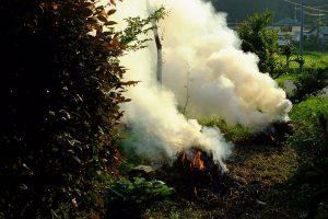 野焼きが原因で起こった死亡事故で道路法違反の容疑が